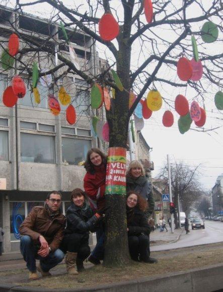 Margučiai ant medžių ir juos gaminę Caritas atstovai