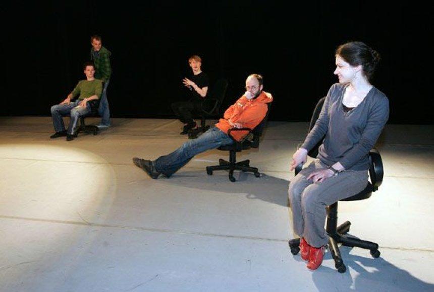 Spektaklyje vaidina jaunieji KVDT aktoriai, tarp kurių ir Gabrielė Aničaitė (dešinėje)