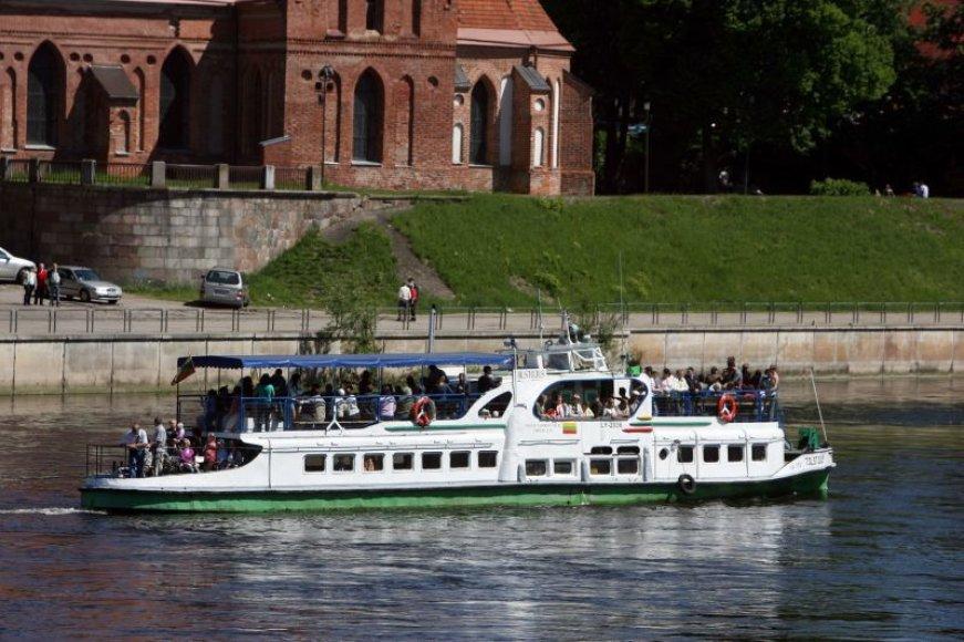 Sekmadienį į Kulautuvą išvykęs keleivių pilnas laivas iš senosios Nemuno krantinės Kaune sekmadieniais kursuos iki vasaros pabaigos.