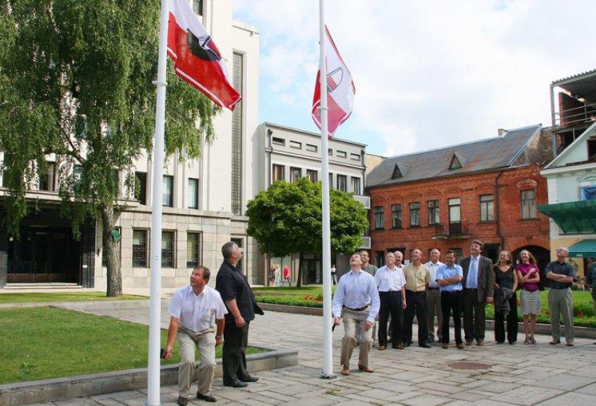 Šventės pradžią simbolizuoja pakeltos vėliavos.