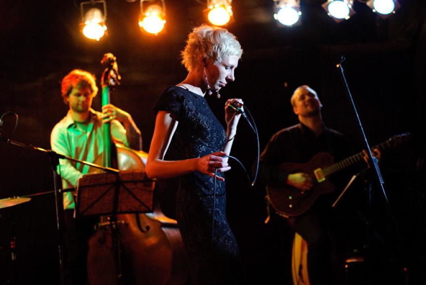 Giedrė Kilčiauskienė (vokalas), Vytis Nivinskas (kontrabosas), Darius Rudis (mušamieji, perkusija), Andrejus Polevikovas (klavišiniai) ir Pavelas Žemoitinas (perkusija) – šie muzikantai žiūrovus pabandys perkelti į saulėtą Braziliją.