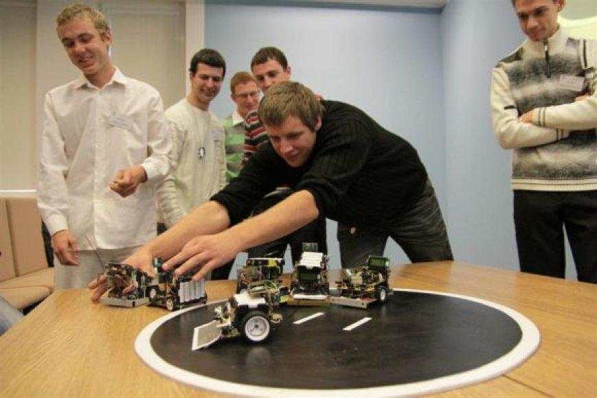 Kauno kolegijoje vykusių robotų varžybų akimirka