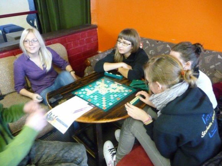 """60 – prieš tiek metų pasaulyje pradėtas žaisti žaidimas """"Scrabble"""" šiuo metu Lietuvoje dar tik skinasi kelią į populiarumą."""