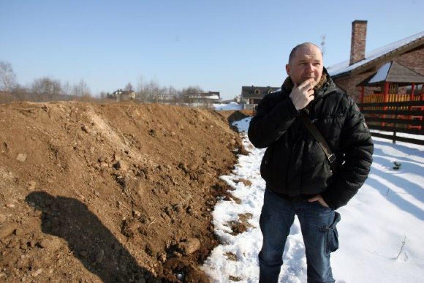 Kartu su dviem kaimynais savo lėšomis pylimą susipylęs Kleboniškyje gyvenantis muzikantas P.Jucevičius teigė, kad ši apsauga nuo potvynio laikina