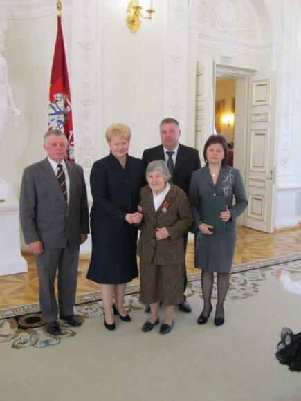 Joana Skapčienė apdovanota už užaugintus 10 vaikų
