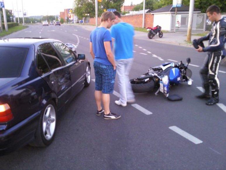 Motociklo ir automobilio susidūrimas