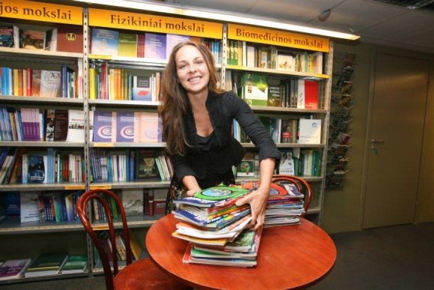 """""""Baltų lankų"""" knygyne superkami panaudoti vadovėliai vėliau parduodami kitiems skaitytojams."""