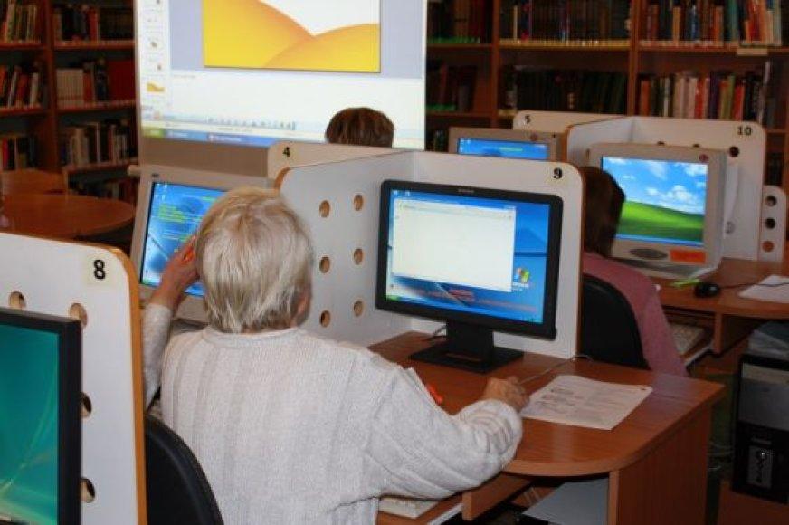 """Vyresnio amžiaus žmones naudotis internetu pratina projektas """"Bibliotekos pažangai""""."""