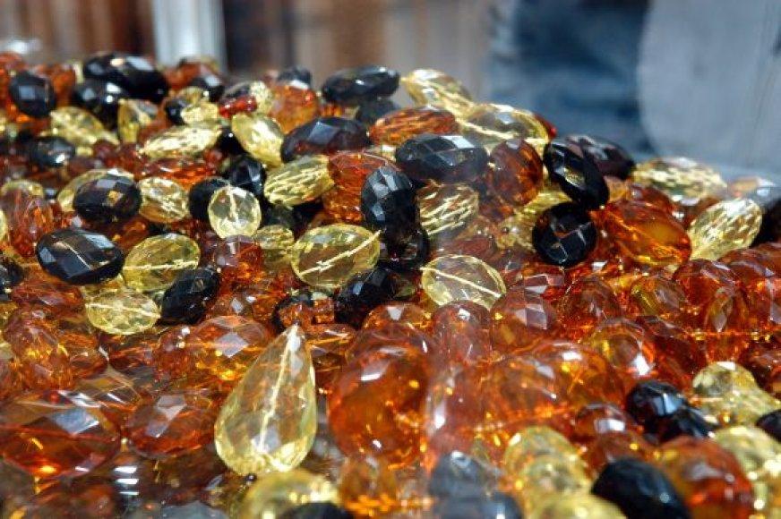 Nors pirmų vietų neužleidžia aukso ir sidabro papuošalai, Lietuvos auksas – gintaras taip pat populiarėja.