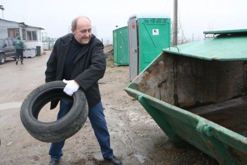 Senomis žieminėmis padangomis vakar jau atsikratė vilnietis Vidas, vienintelę Vilniuje nemokamai padangas priimančią įmonę susiradęs internete.