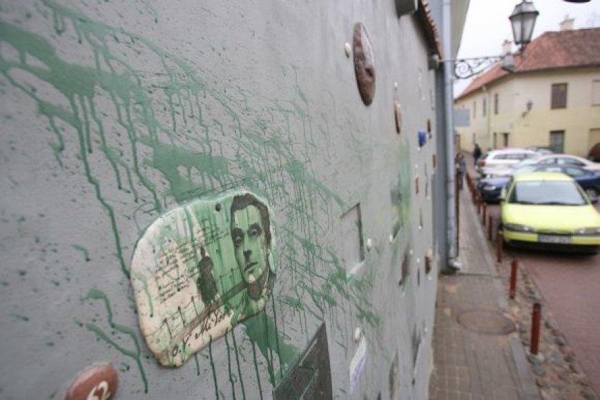 Žaliai ištepliotą Literatų gatvės sieną su įamžintais rašytojais ir poetais ketinama sutvarkyti atšilus orams.