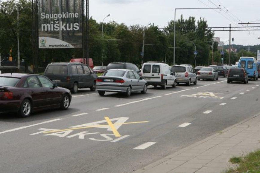 Ne visi vairuotojai pastebi Savanorių prospekte panaikintas viešojo maršrutinio transporto eismo juostas.