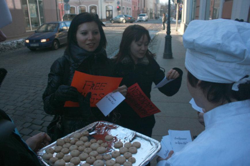 Klaipėdos jaunuoliai moterims per kovo 8-ąją dalijo sausainius ir vyrų užrašytus sveikinimus.