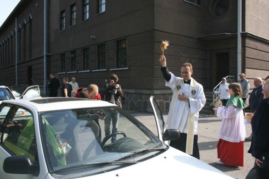 Dekanas kunigas V.Viktoravičius šventina automobilius. 2010 m. rugsėjo 26 d.
