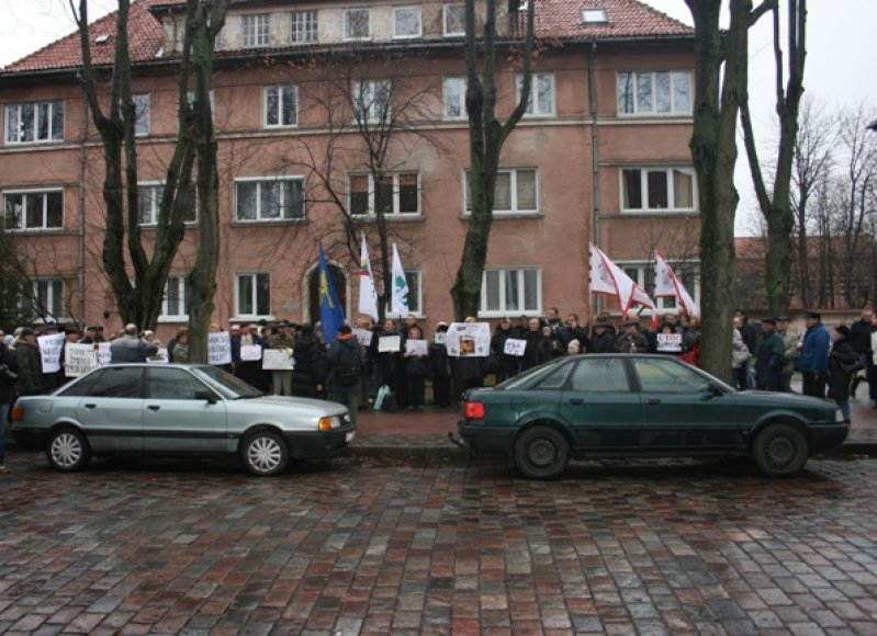Į protesto akciją susirinko minia žmonių.