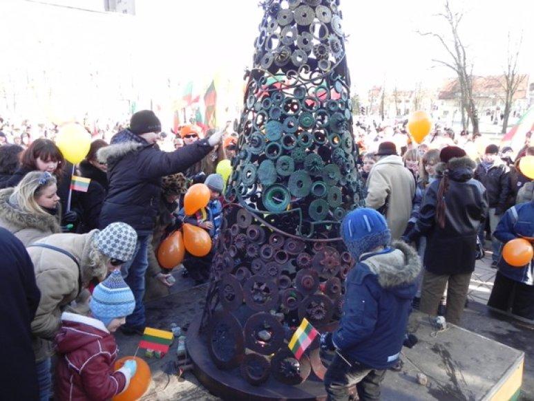 Klaipėdiečiai savo akmenis metė į skulptūrą. 2011 m. kovo 11 d.