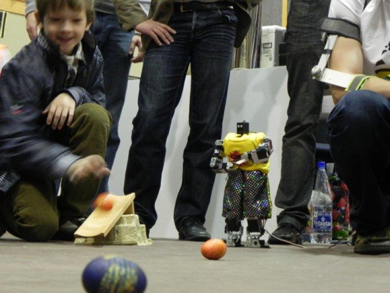 Margučių varžybose vaikai rungėsi su robotu.