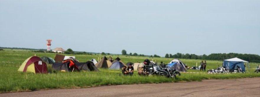 Baikeriai šiomis dienomis įsikuria stovyklavietėje.