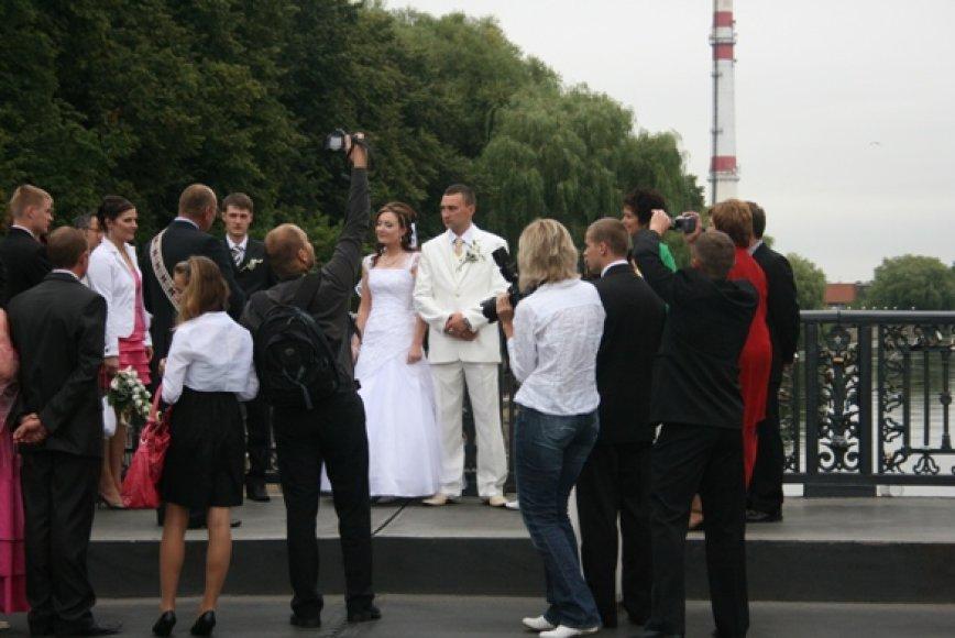 Šią vasarą šurmuliuojantys vestuvininkai Klaipėdos senamiestyje – įprastas vaizdas. Vien šį savaitgalį žiedus sumainė daugiau nei trys dešimtys jaunavedžių porų.