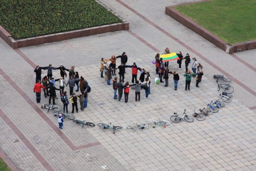 Klaipėdos jaunimas sudėliojo gyvąjį ženklą - 350.