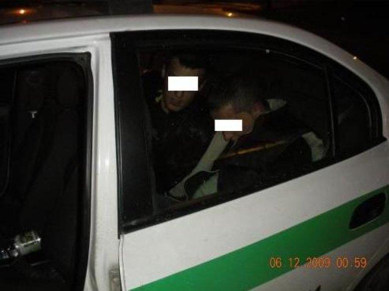 Policijos pareigūnai sulaikė jaunuolius, turėjusius ginklų.