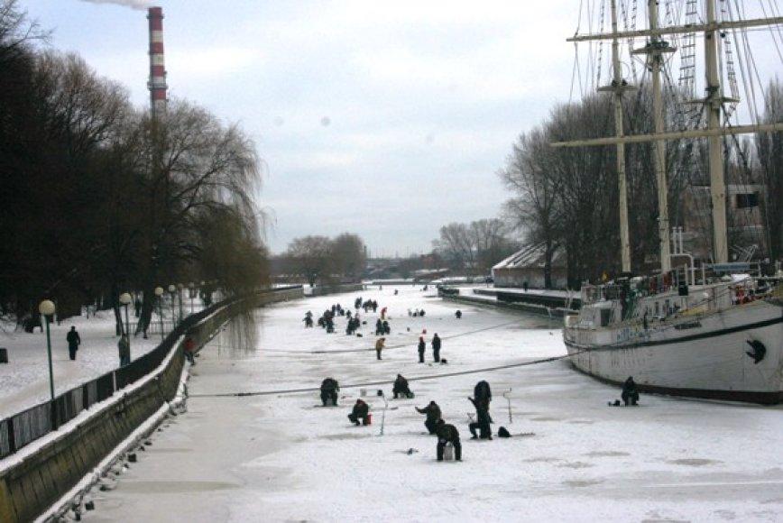 Danės upę dengiančio ledo storis siekia 15 centimetrų. Specialistai įspėja žvejus būti itin budrius.