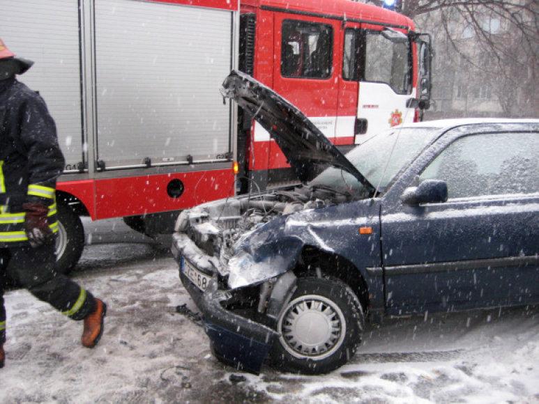Po susidūrimo WV Golf automobilis užsiliepsnojo.