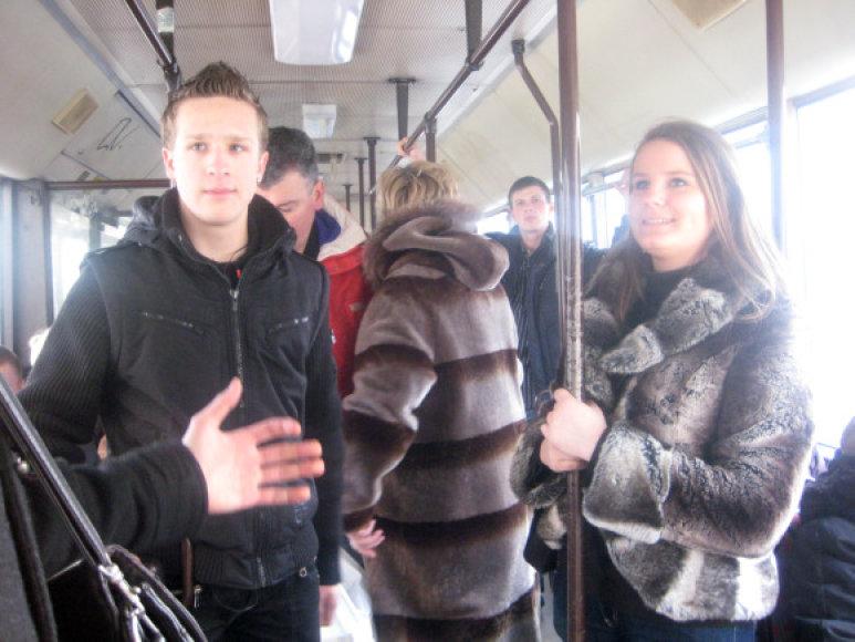 Studentų garsiai deklamuoti eilėraščiai Klaipėdos visuomeniniame transporte sulaukė įvairiausių reakcijų.