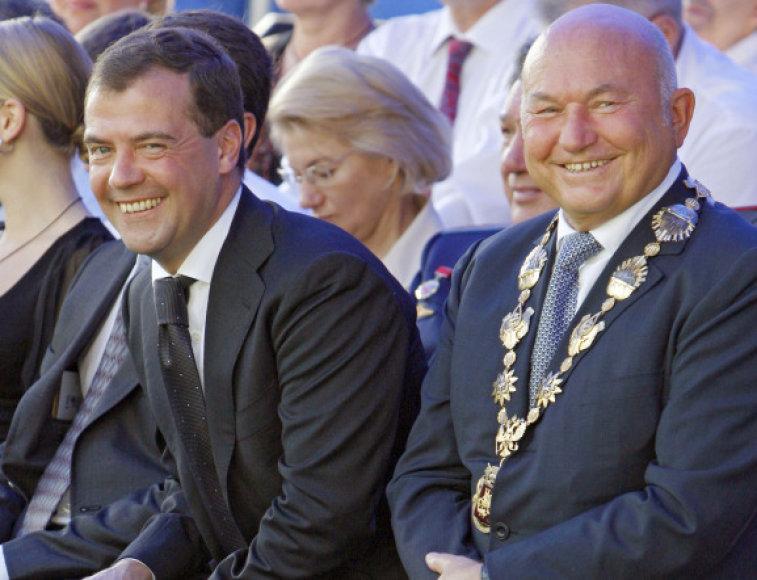 Jurijus Lužkovas (dešinėje) laukiamas Klaipėdoje.
