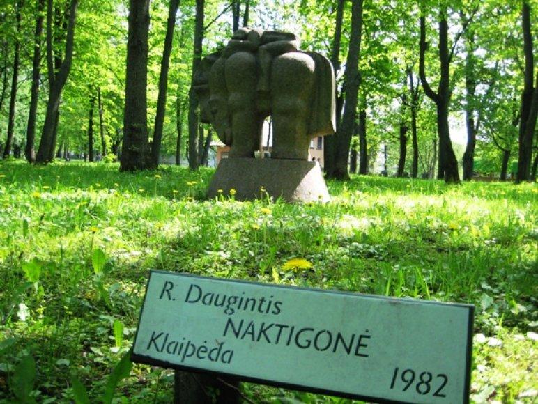 """Šiųmetinių """"Naktigonių"""" simboliu tapo R.Dauginčio skulptūra."""