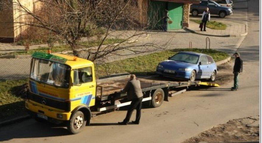 Iš kiemų atvilti neprižiūrėti automobiliai vėliau aikštelėse užsistovi metų metus.