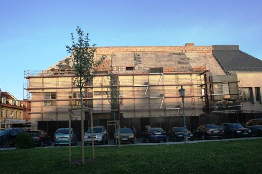 Jau nuardyta dalis Klaipėdos dramos teatro stogo.