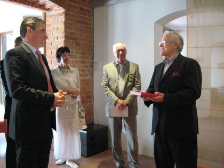 D.Geringas (dešinėje) tapo iniciatyvinės teatro statytojų grupės garbės nariu.