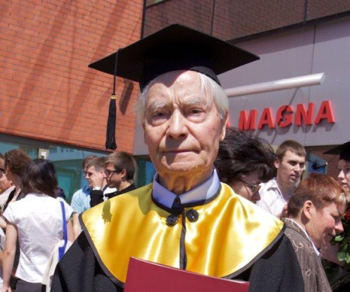Vyriausiam studentui - Juozui Norkui - 83-eji.