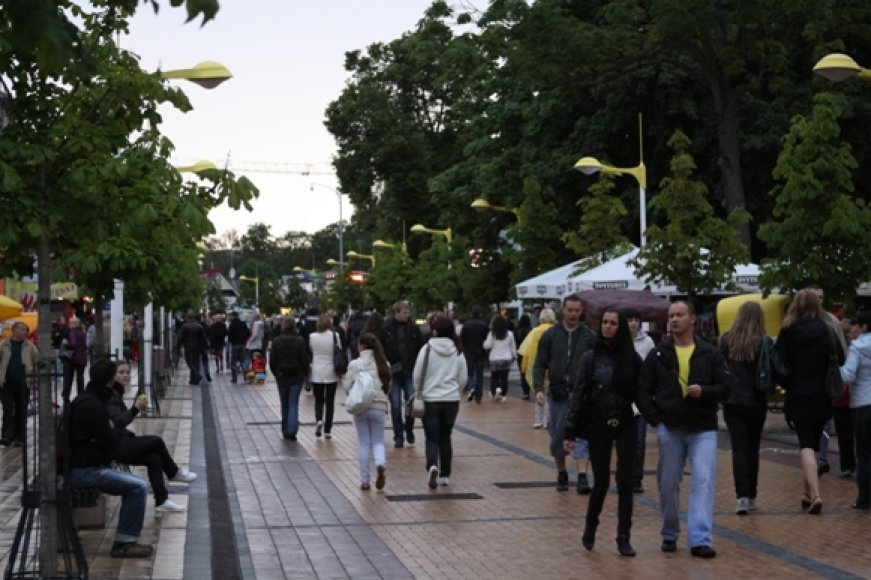 Lietingu oru poilsiautojai kursavo populiariuoju maršrutu per J.Basanavičiaus gatvę.