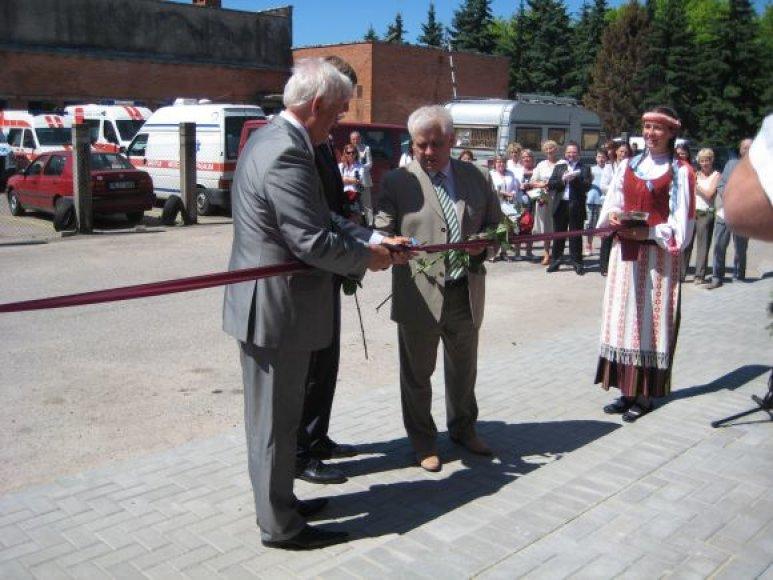 Klaipėdoje duris atvėrė modernizuotas morgas. Simbolinę juostelę perkirpo ir Teisingumo ministras R.Šimašius (centre).