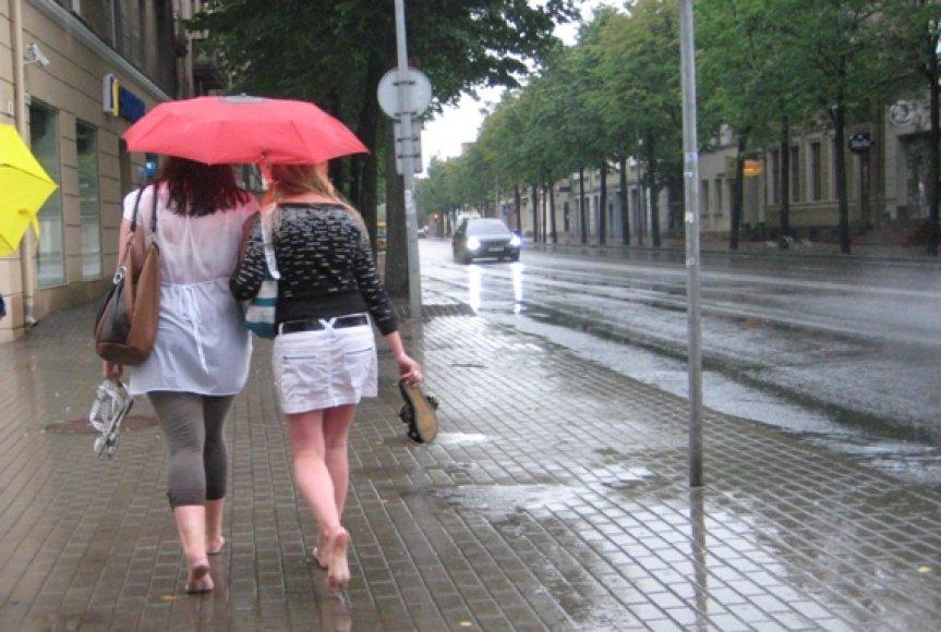Per vasaros lietų - basomis.