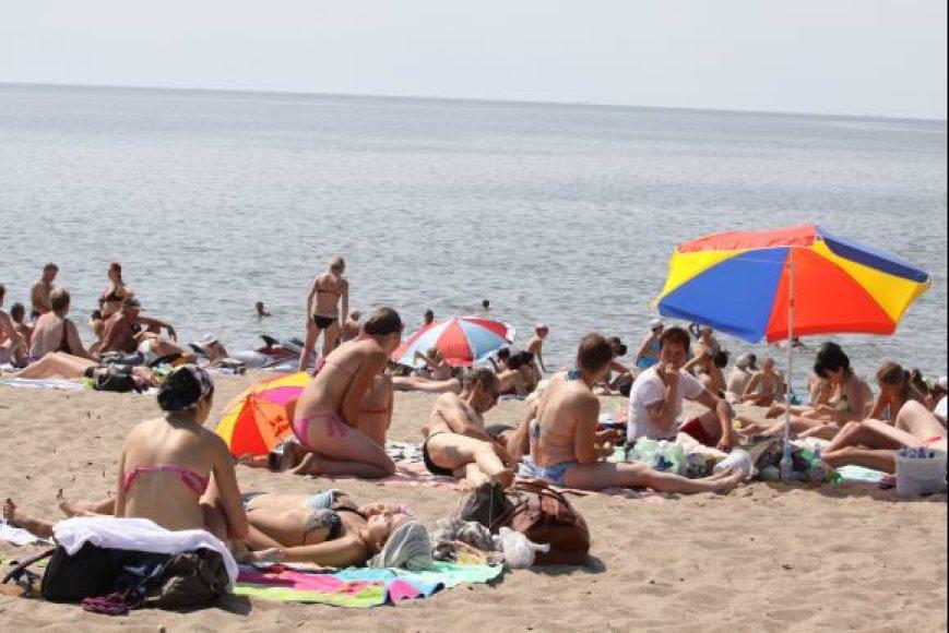 Paplūdimiuose tėvai neretai užsimiršta atvažiavę su vaikais.