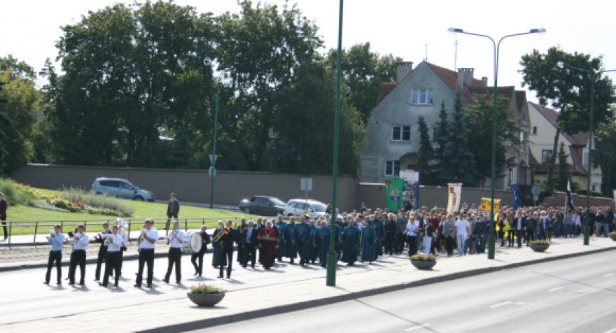 Klaipėdos universiteto bendruomenės eisena miesto gatvėmis.