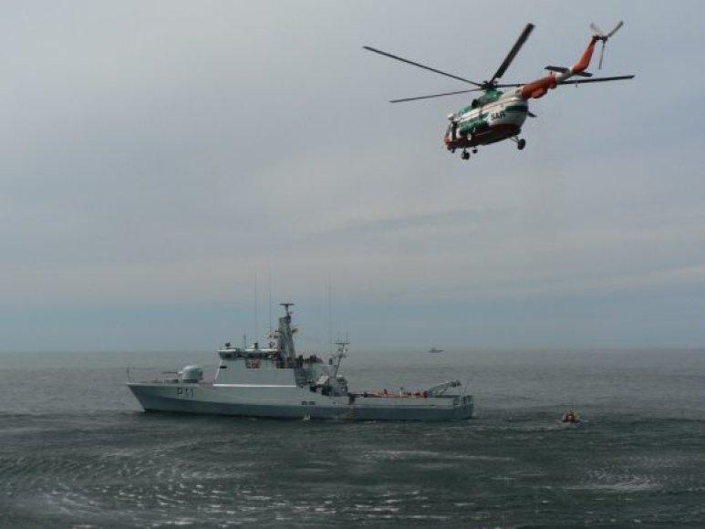 Karinių jūrų pajėgų kariškiai jūroje sėmėsi taktinių mokymų.