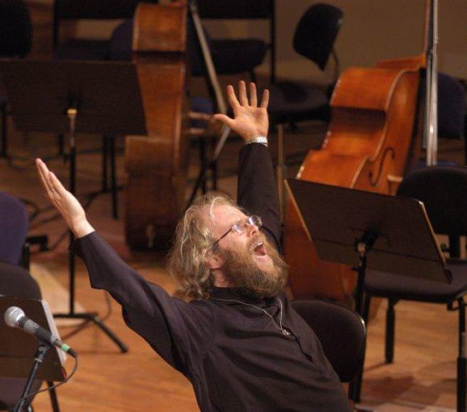 A. Mustonen daug koncertuoja kaip dirigentas su Maskvos P.Čaikovskio vardo radio simfoniniu orkestru.