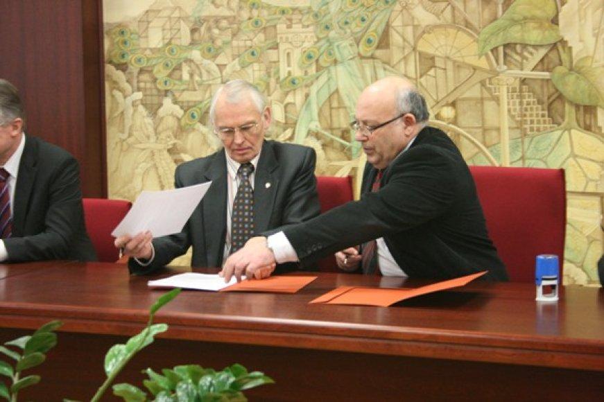 Klaipėdos universiteto rektorius V.Žulkus pasirašė konsorciumo sutartį su Šiaulių universiteto rektoriumi V.Lauruška.