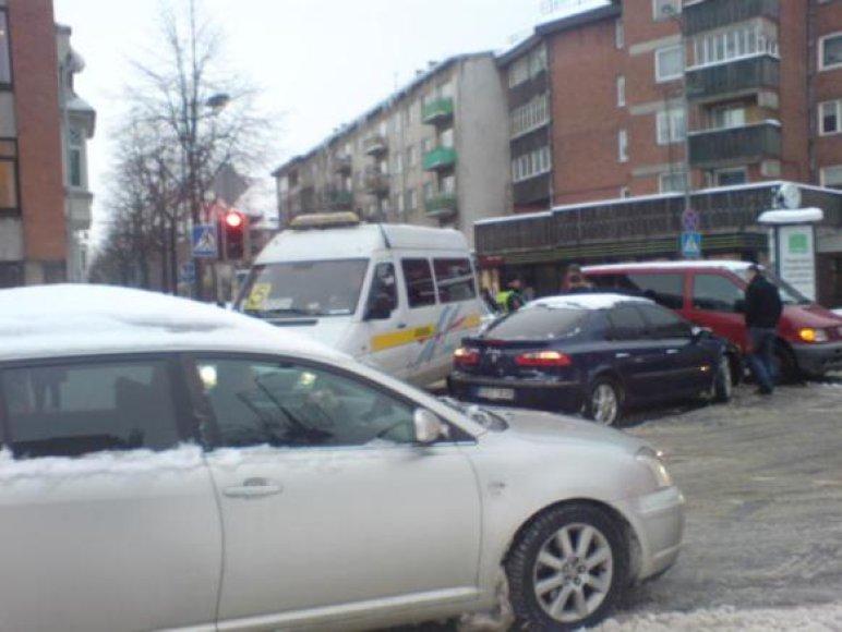 Herkaus Manto ir S.Daukanto gatvių sankryžoje susidūrus mikroautobusui ir lengvajam automobiliui, susidarė transporto spūstys.