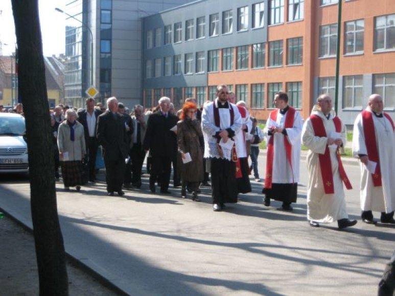 Klaipėdos gatvėmis penktadienį žygiavo procesija, lydima tūkstančio žmonių, įprasminanti Kristaus Kelią.