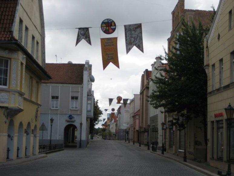"""Tiltų gatvė jau papuošta krepšiniui specialiomis vėliavėlėmis, kviečiančiomis ištarti """"Labas"""" bulgariškai, belgiškai, rusiškai, slovėniškai, gruziniškai ir ukrainietiškai."""