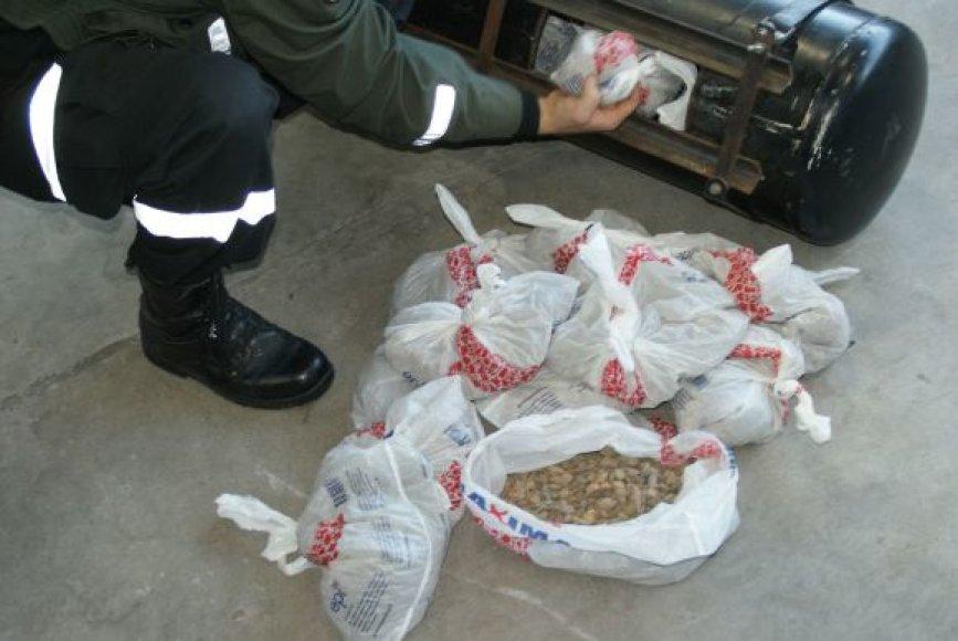 Kontrabandininkai bandė įvežti beveik 71 kg gintaro.