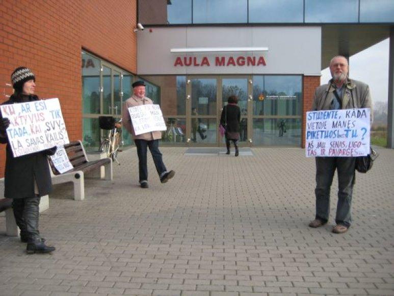 Piketuotojai prie Klaipėdos universiteto pasitiko konferencijos dalyvius.
