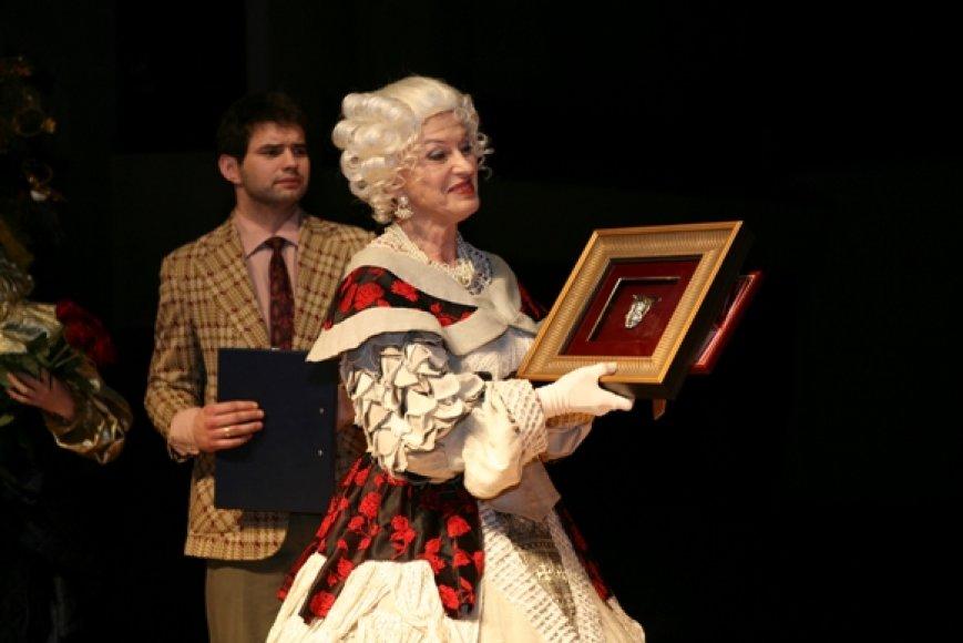 Penktadienį Klaipėdoje stilizuotomis kaukėmis apdovanoti teatralai.