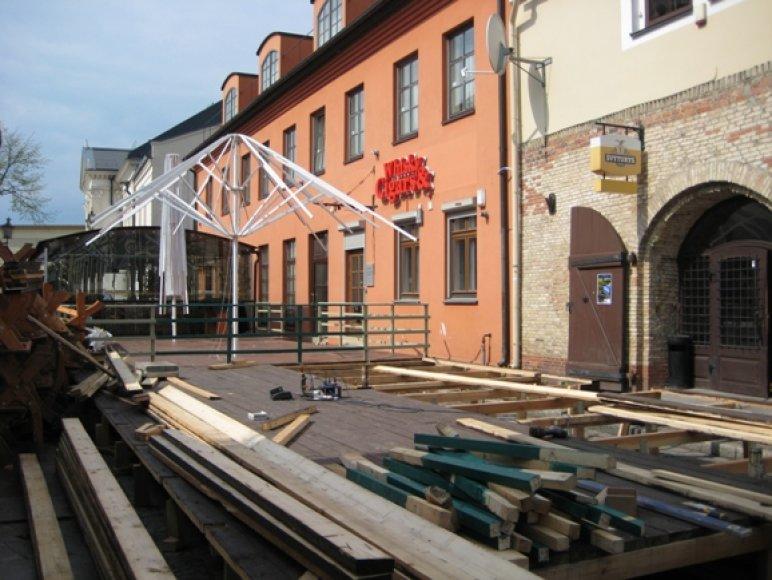 Klaipėdos senamiesčio kavinės vakar dar tik ruošėsi šventei.