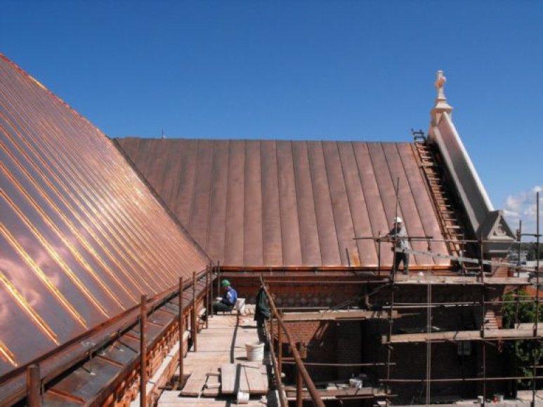 Dengiamas naujas stogas bažnyčiai.